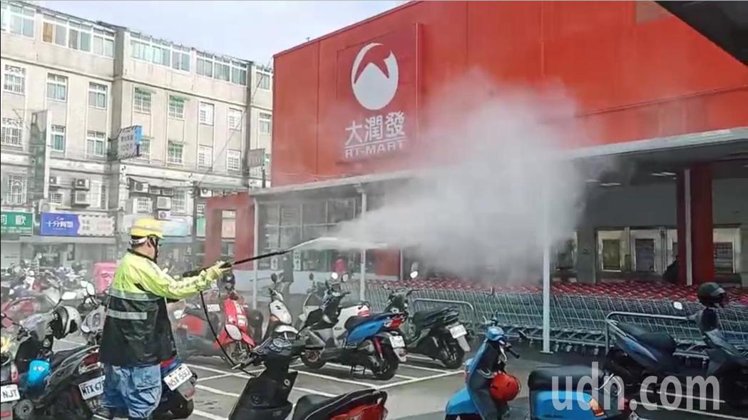 環保局清潔大隊工作人員到大潤發消毒。記者鄭國樑/攝影