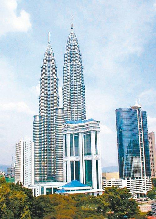 馬來西亞首都吉隆坡,除了由雙子星、吉隆坡塔、巴比倫廣場等所框起的「金三角」精華商...
