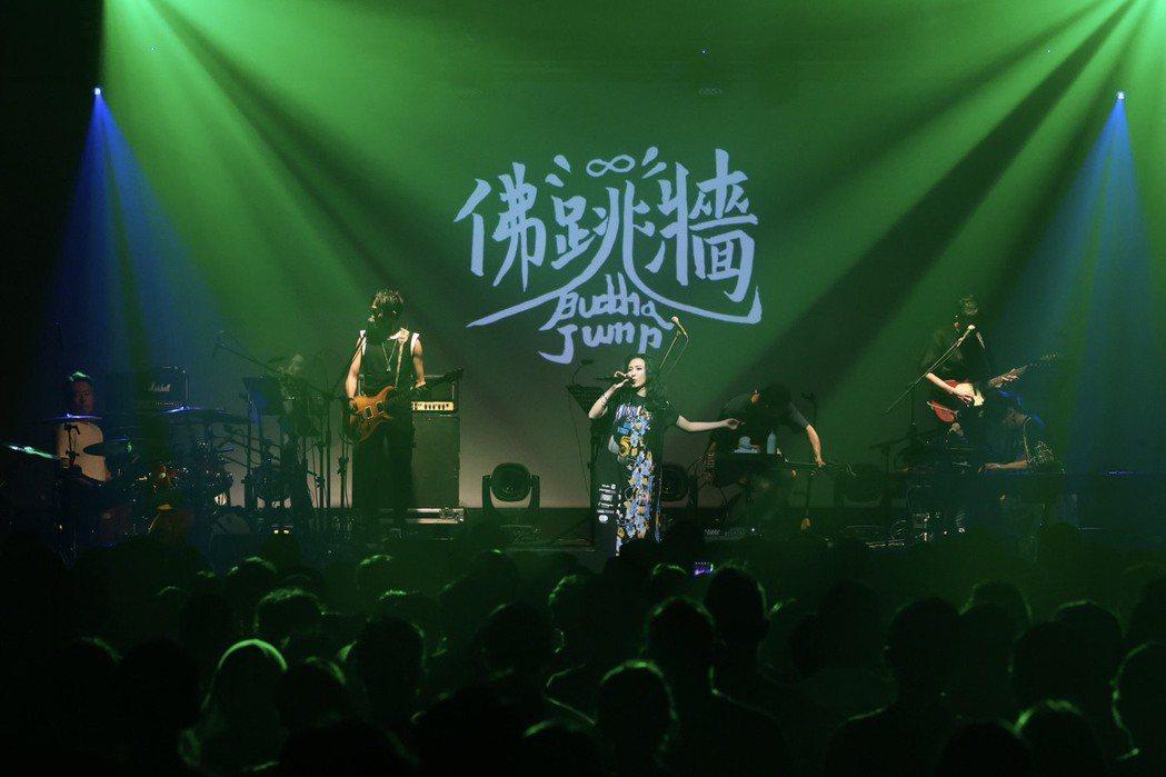 佛跳牆今晚開唱,台下粉絲爆滿。記者王聰賢/攝影