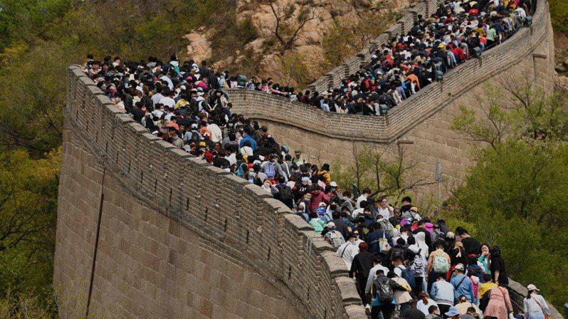 大陸五一假期昨(5)日畫上句點。圖為北京長城的人潮。(法新社)