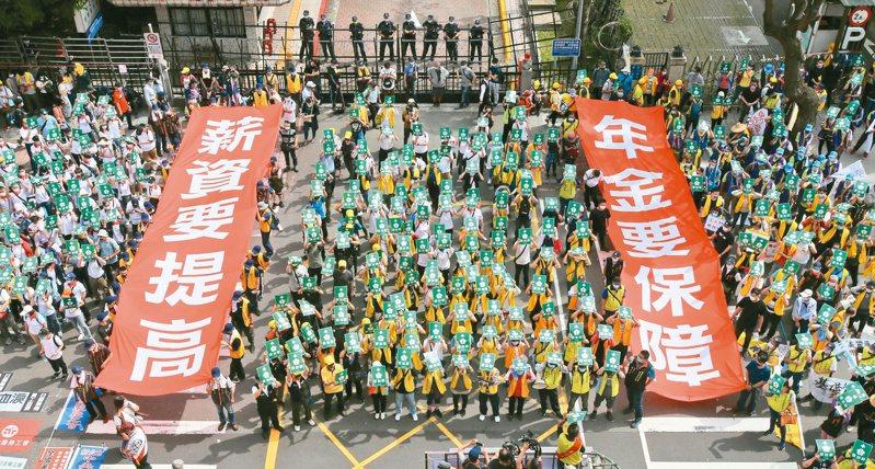 五一勞動節,昨天數千名勞工在凱道集結走上街頭,遊行隊伍在立法院外拉起巨型布條,要求立法委員修法保障勞工調薪權益。記者許正宏/攝影