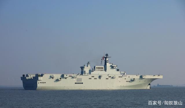 中共首艘兩棲攻擊艦、海南艦,23日舉行入列儀式。(微信百家號)