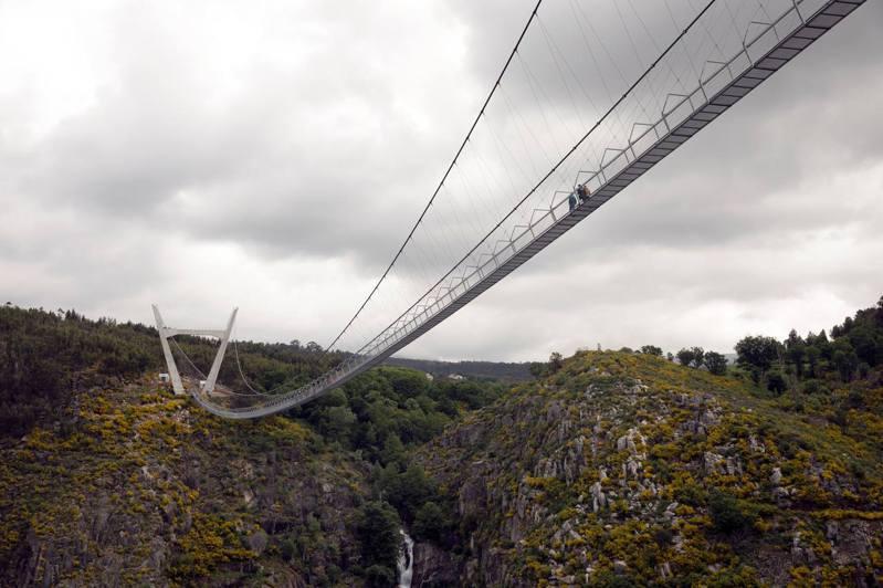 名為516阿羅卡的吊橋由兩個V形的混凝土塔支撐,橋面和兩側欄杆都是由鐵格柵製成,讓遊客可以一覽周圍的景色。(路透社)