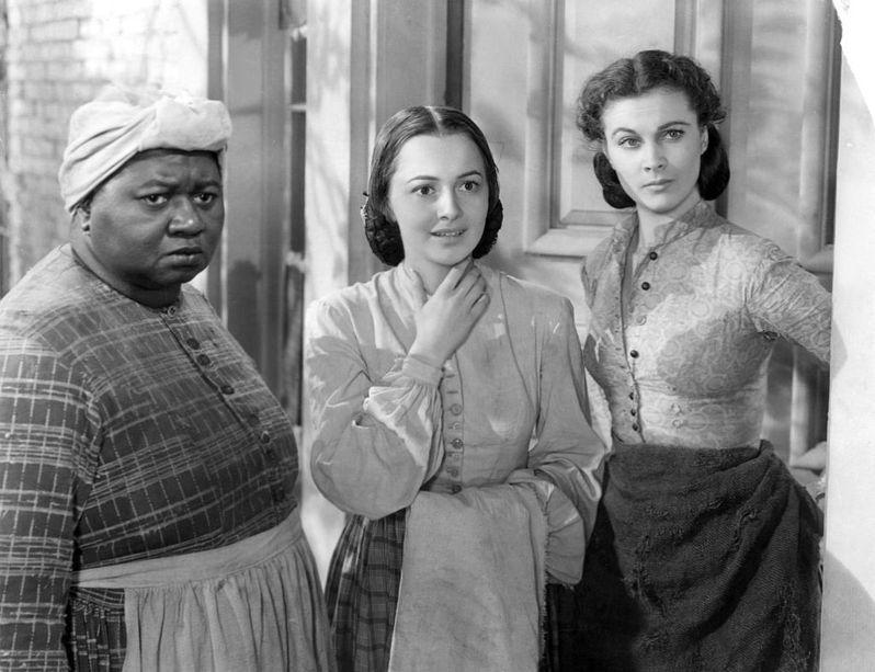 海蒂·麥克丹尼爾(左一)以黑人姆媽一角拿下 1939 年奧斯卡最佳女配角獎,成為史上第一位拿下小金人的黑人演員。但諷刺的是,種族隔離政策下,她不僅無法出席電影首映會,也沒辦法親自領獎。 圖│《亂世佳人》劇照