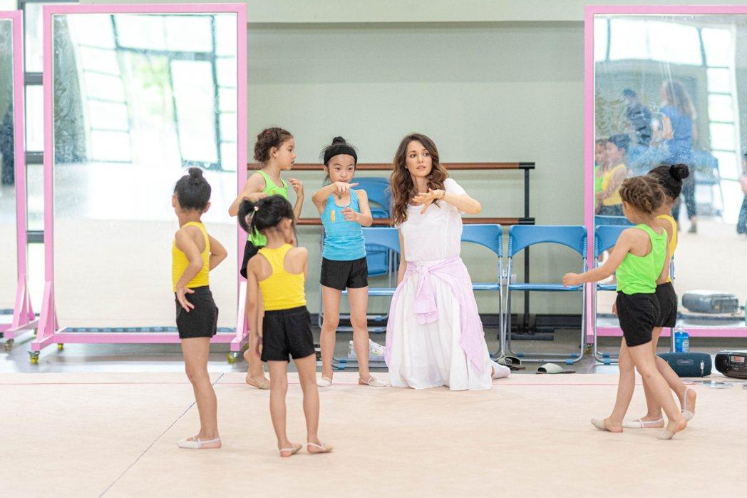 瑞莎這幾年致力於培訓台灣韻律體操選手。 圖/擷自鄭文燦臉書