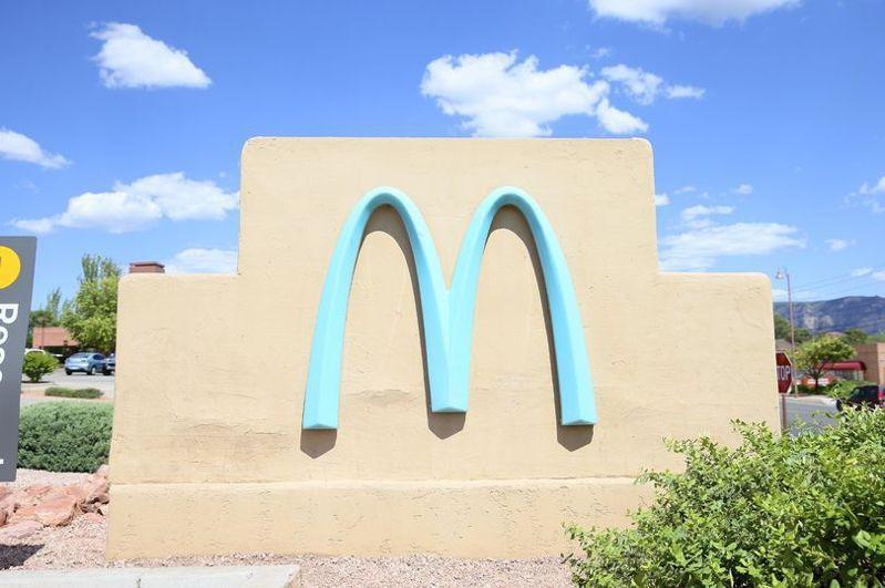店內前的石牆上,也都有大大的淡藍色M型拱門。圖擷自mirror