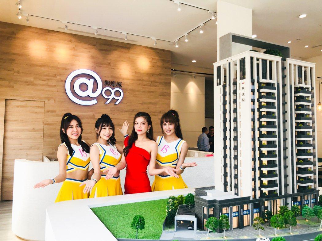 職棒女神凱蒂(右2)及中信兄弟啦啦隊美女團現身興連城建設「@99」接待中心現場。...