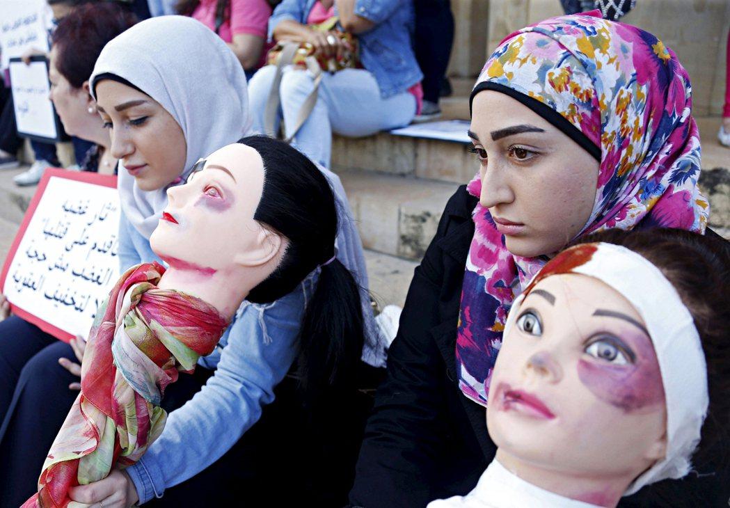 2015年,黎巴嫩女性捧著瘀青受傷的人體模型,抗議因為家暴而遭到殺害的女性。 圖...