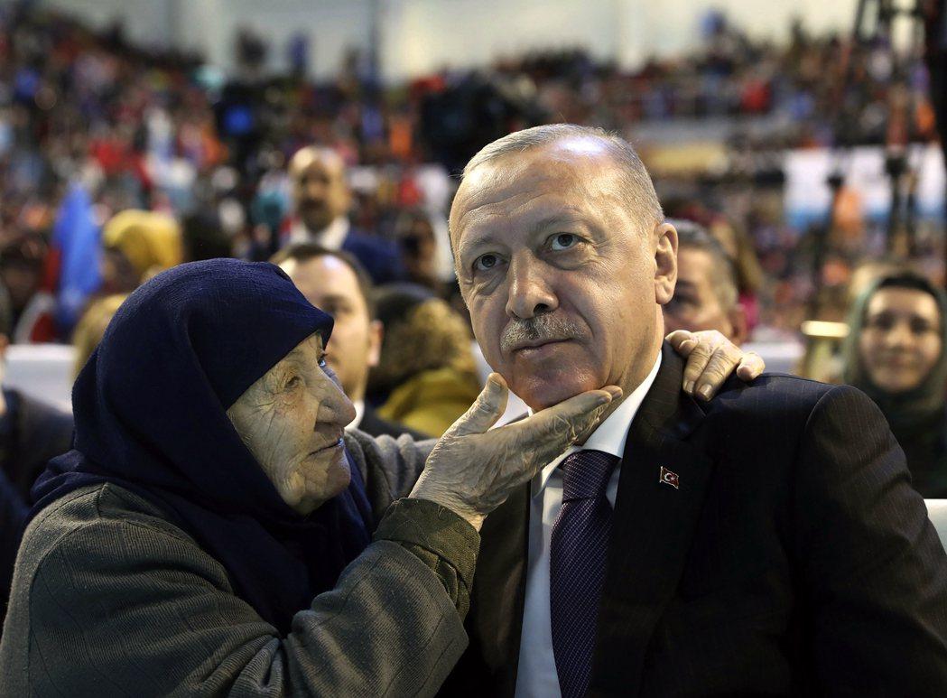 土耳其在2011年簽署《伊斯坦堡公約》時被視為往保護女性權益邁進一大步,土耳其總...