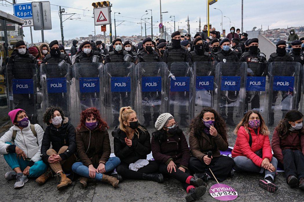 圖為4月1日上街抗議政府退出《伊斯坦堡公約》的示威者。 圖/法新社