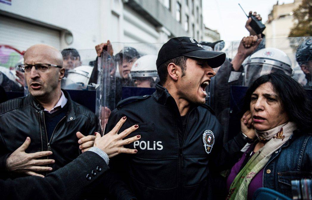 圖為2018年11月25日,示威者在伊斯坦堡抗議針對女性的性別暴力,其中一位土耳...