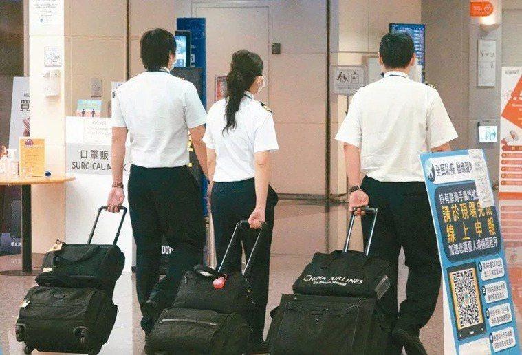 指揮官陳時中表示,要機組員居檢超過七天或十四天,恐面臨航空公司營運問題。圖為示意...