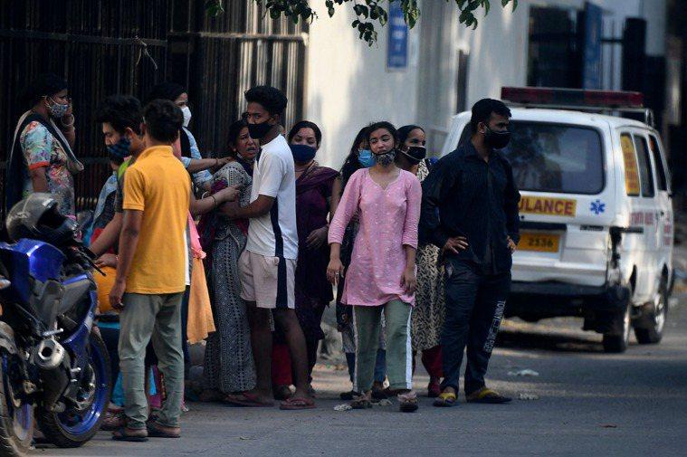 印度新冠肺炎疫情嚴峻,新增3689人病故再創新高。圖/法新社