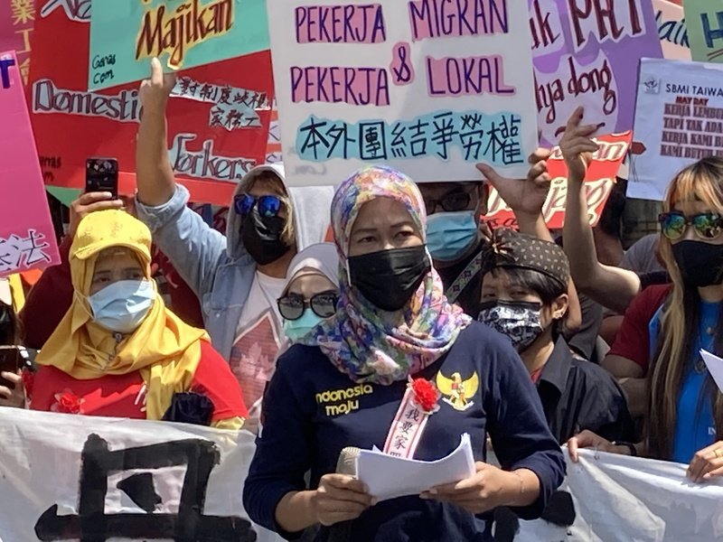 印尼籍移工媽媽Feni呼籲政府儘速通過家事服務法。(Photo by 林志怡/台灣醒報)