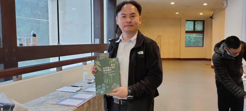 「以阿里山之名」圖誌作者張坤城表示他花了2年時間製作圖鑑,搭配人文歷史小故事,引人入勝。記者莊祖銘/攝影