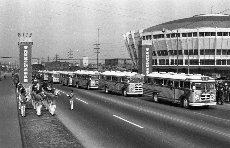1964年5月2日,台北、基隆間新完成的一條超級高速公路「麥克阿瑟公路」剪綵通車,15輛公路局金馬號客車,在軍樂和鞭炮聲中,以時速80公里,行駛於新公路上。圖/聯合報系資料照片