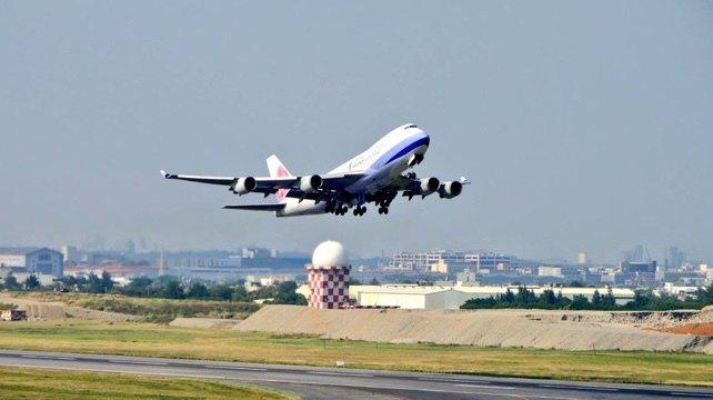 我國第一批協助印度對抗新冠疫情的醫療物資,包括150台製氧機及500支氧氣鋼瓶,由華航貨機運送,已於今天上午7時起飛。圖/外交部提供