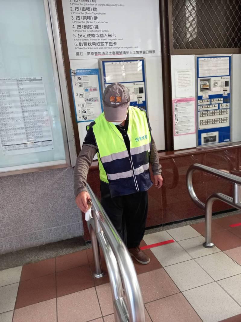 一名新冠肺炎確診者日前從桃園搭乘火車到宜蘭站下車,30日被公布確診。台鐵擔心傳染展開防疫消毒,特別針對售票機及扶手等接觸處加強噴灑,該列車的執勤人員也暫停上班自主隔離。圖/讀者提供