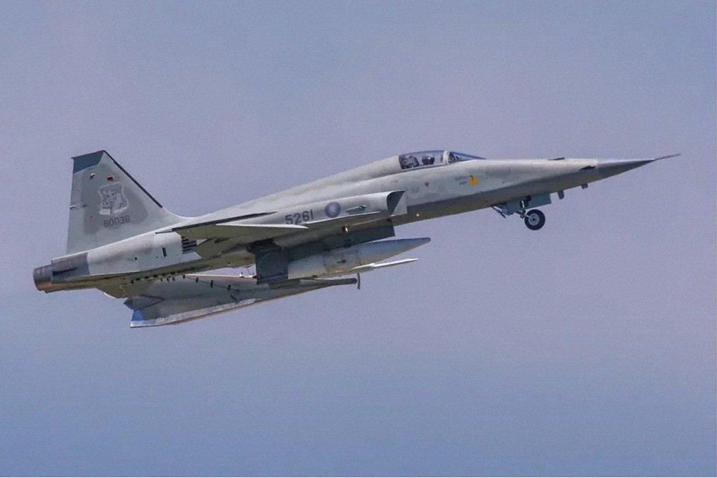 朱冠甍駕駛的F-5E戰機墜毀前曾被拍下飛行英姿。圖/陳姓航空迷提供