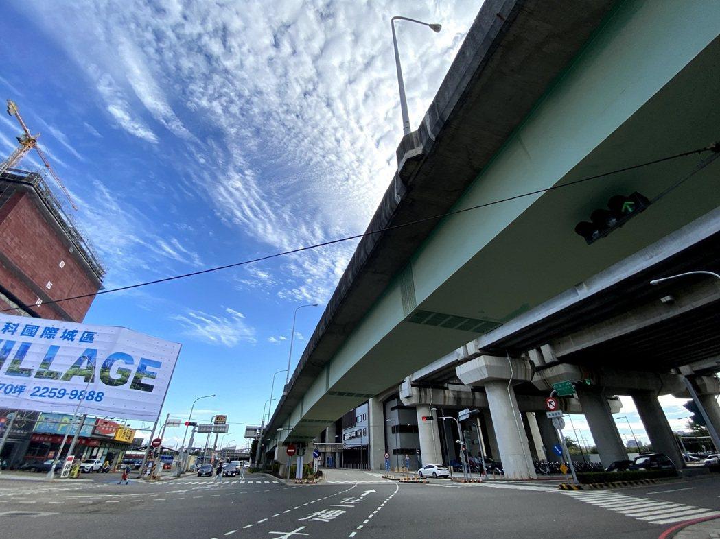 台中高鐵站區三鐵共構,地下道、橋梁、匝道特別多,交通複雜,素有「高鐵迷宮」、「高...
