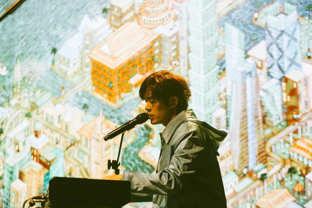 「告五人」主唱雲安自彈自唱,獻出鋼琴處女秀。圖/相信音樂提供