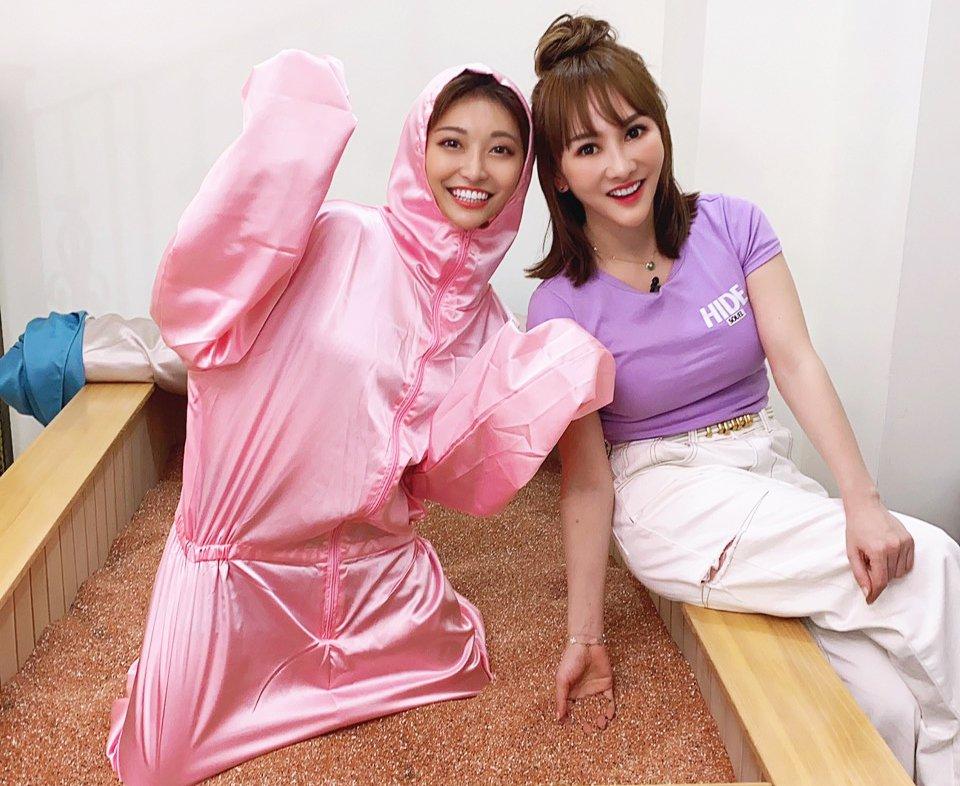 王宥忻(右)邀請助理主持人祈錦鈅嘗試物理療法。圖/固力狗娛樂提供