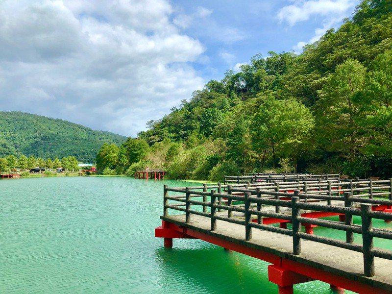 員山鄉望龍埤的九曲橋,最近可以在附近欣賞油桐花。圖/東北角管理處提供