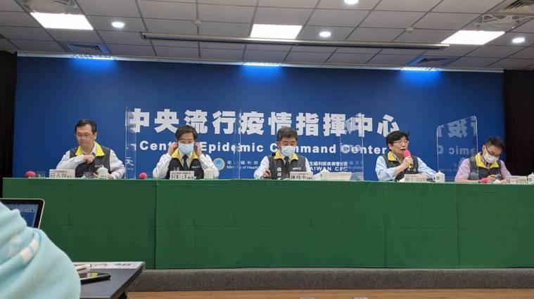 中央流行疫情指揮中心發言人莊人祥(左起)、專家諮詢小組召集人張上淳 、指揮官陳時...