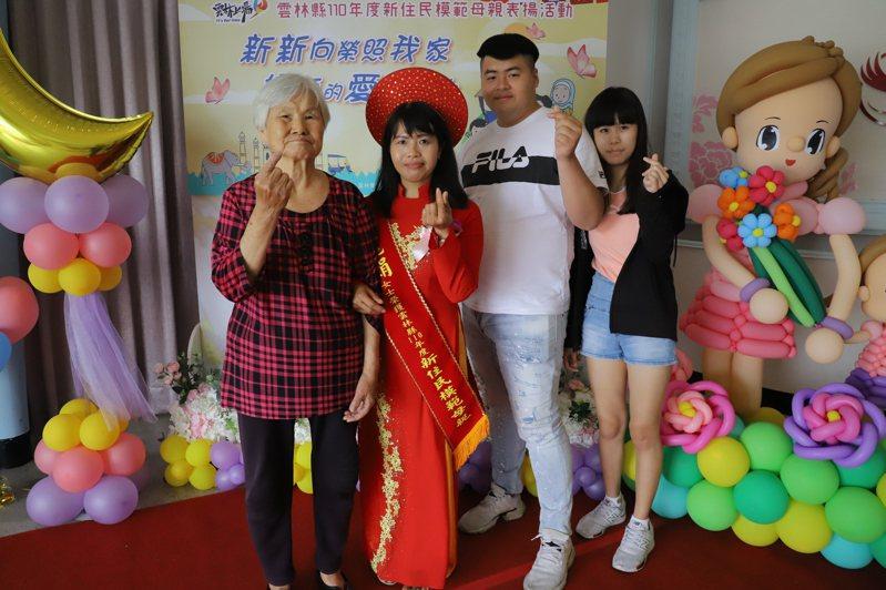 越南籍阮麗娟(左二)獲得今年度雲林縣新住民模範母親,她帶婆婆一起受獎,大兒子還帶了「未來媳婦」見證媽媽得獎,家人間的深厚感情,令人為之動容。記者陳苡葳/攝影