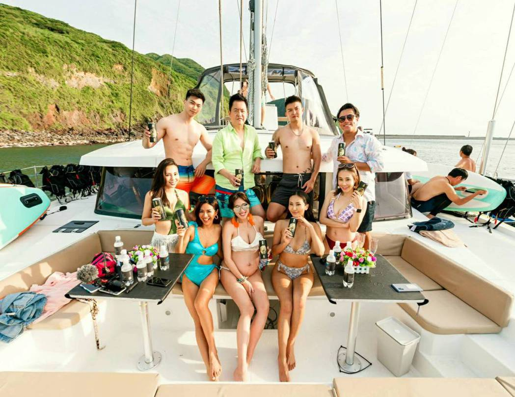 劉伊心(前排中)卸貨前邀好友參與遊艇派對。圖/劉伊心提供