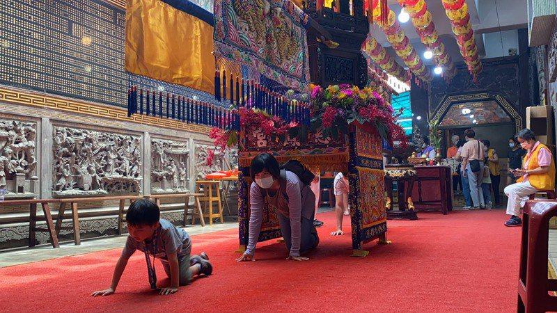 今年屏東慈鳳宮「躦轎腳活動」首日即超過千人前往參拜。記者陳弘逸/攝影