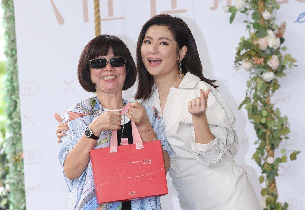 Selina(右)笑稱和媽媽共度母親節時,竟然收到媽媽送的禮物。記者李政龍/攝影