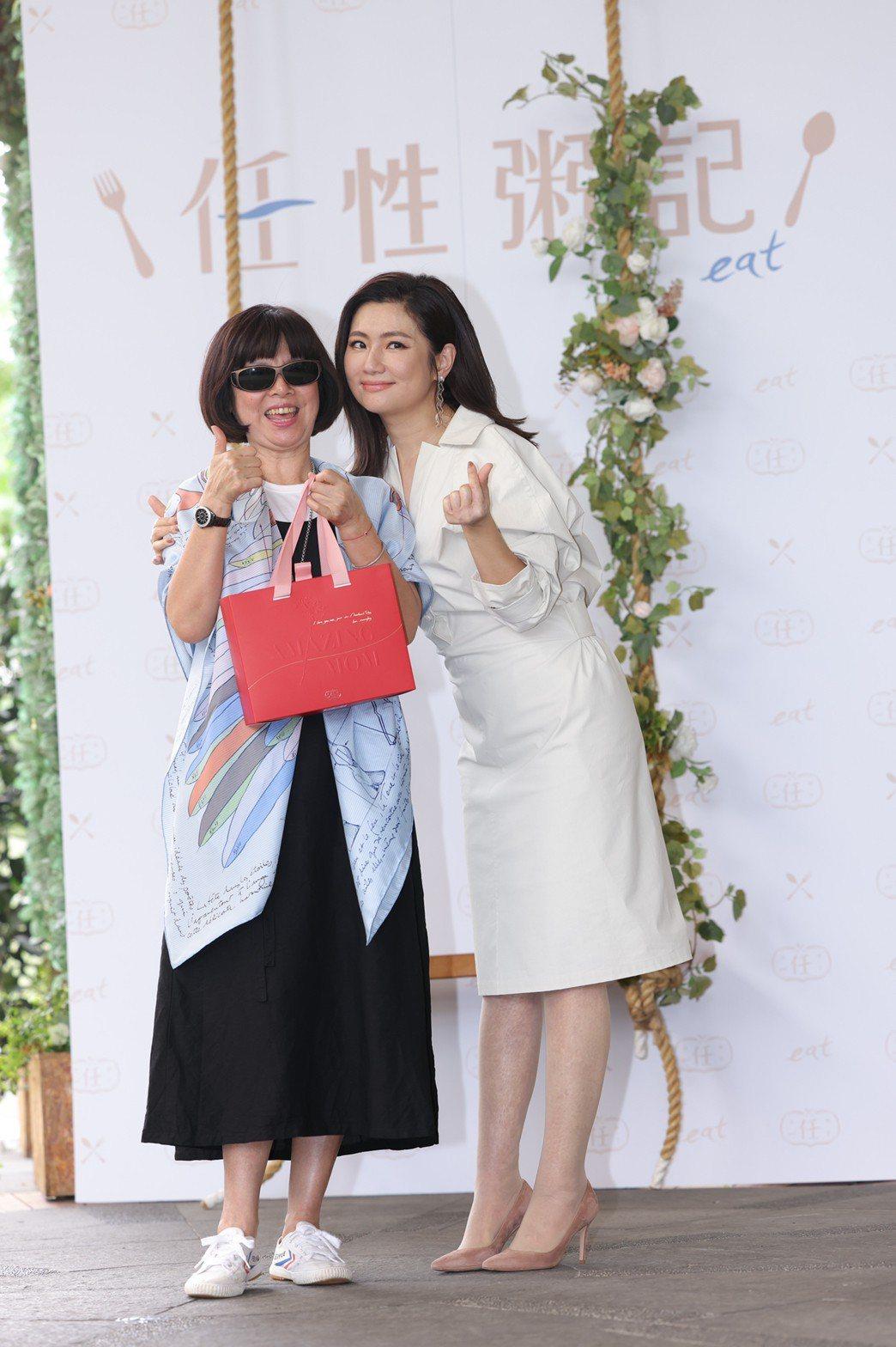 任媽(左)剛動完白內障手術,特別到場支持Selina。記者李政龍/攝影