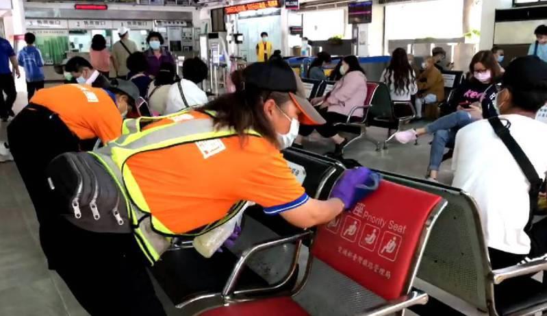 搭乘火車到宜蘭證實是案1128、諾富特旅館的房務部人員,他4月29日發病,20日到宜蘭,雖不具傳染風險,但火車站仍加強消毒。圖/讀者提供
