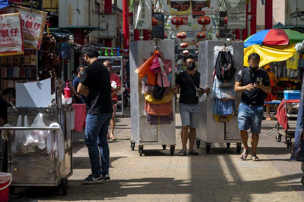 馬國驚傳首起印度變種病毒確診病例,為境外移入案例,圖為4月28日吉隆坡某條街上人...