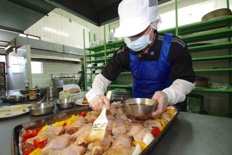 隨著募兵制的推動,國軍開始重視部隊飲食等生活條件。烤雞腿是記者到訪軍營當天的兩項主菜之一,進烤箱前要刷上蜜汁。記者程嘉文/攝影