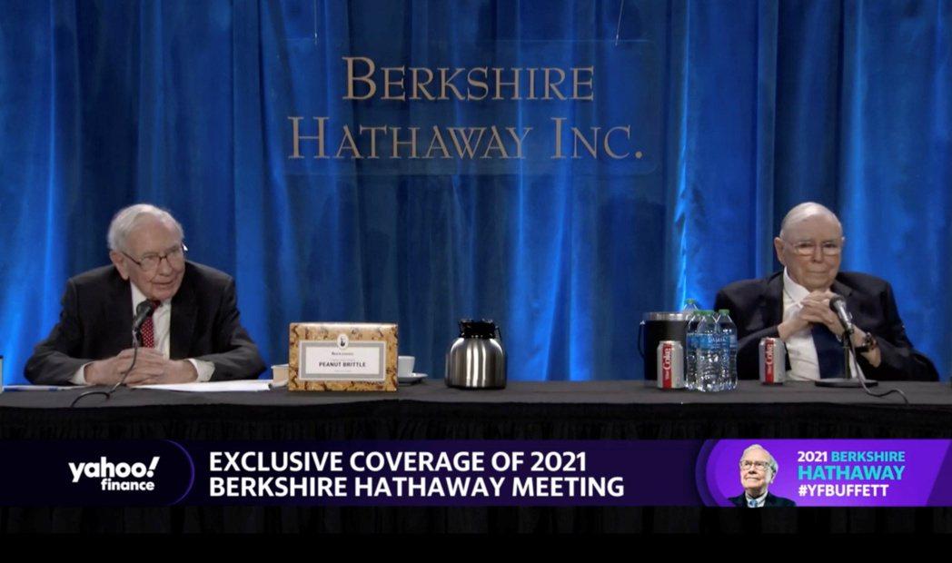 股神巴菲特(圖左)在波克夏年度股東大會上發表談話。路透