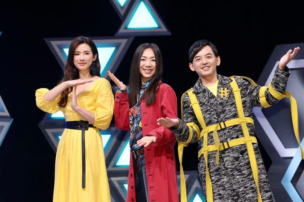 萬芳(中)是黃子佼(右)和趙岱新主持的「#T-POP」首集來賓。記者李政龍/攝影