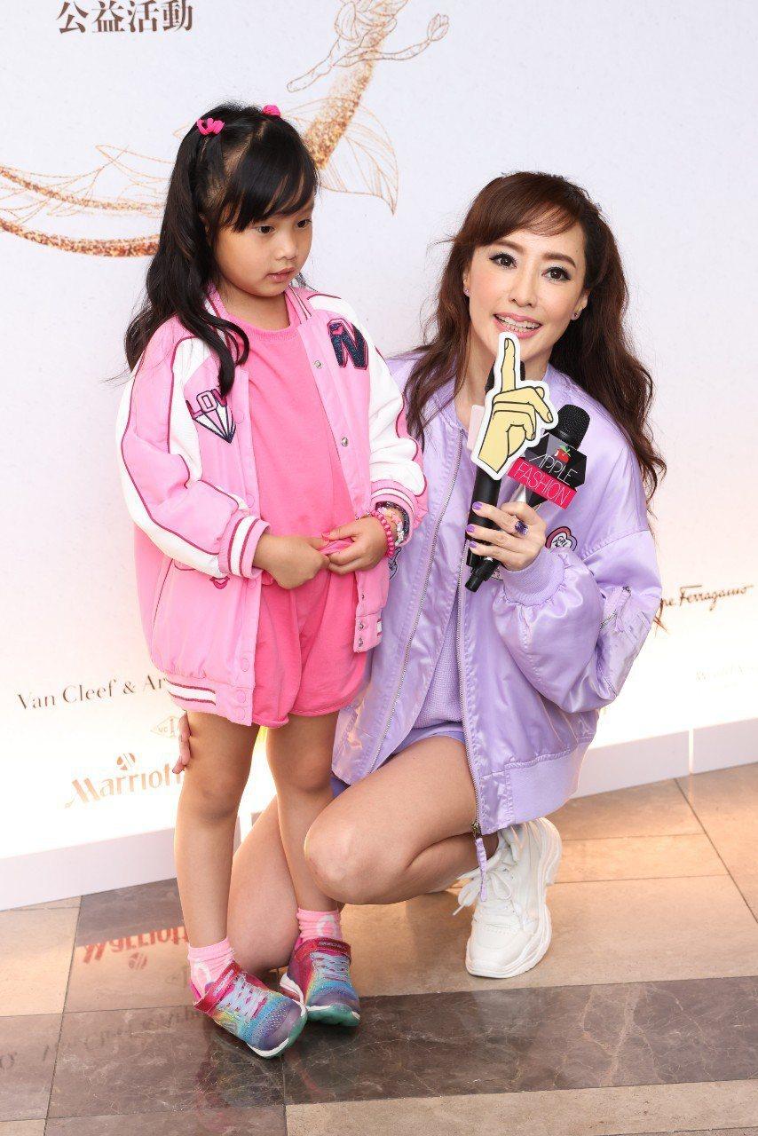 關穎帶著5 歲女兒CC出席「親愛媽咪女王傳承」公益活動。記者沈昱嘉/攝影