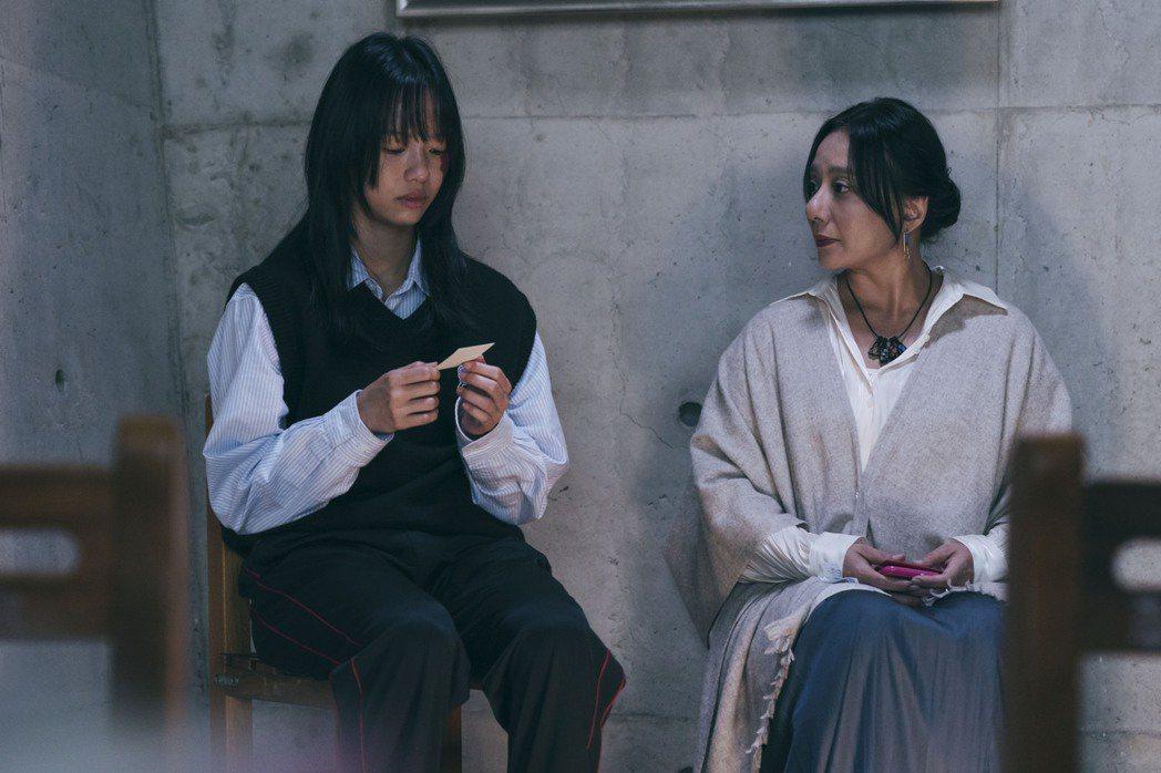 高慧君(右)在「我願意」戲中,如驅魔般替學生王渝屏輔導身心靈的情節,讓人怵目驚心