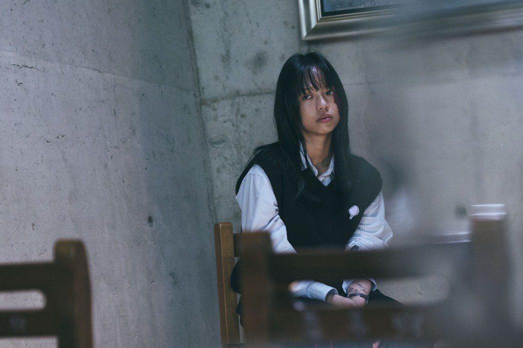 王渝屏在「我願意」中,臉上大紅胎記成為被同學霸凌富家女。圖/絡思本娛樂製作公司提...