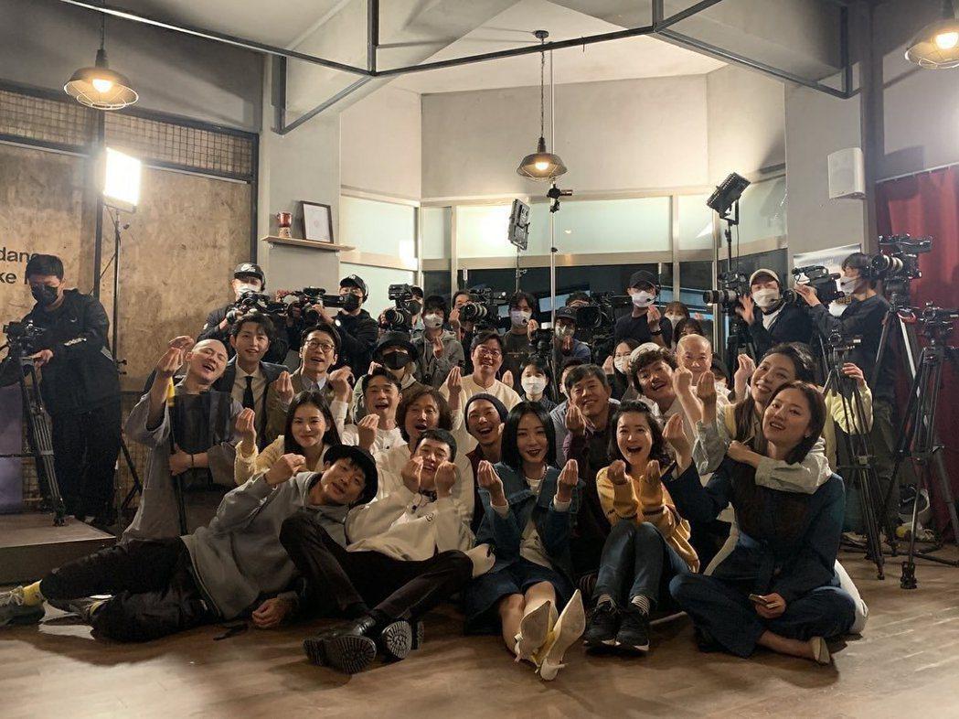宋仲基與演員們和羅PD團隊留下合照。圖/摘自IG