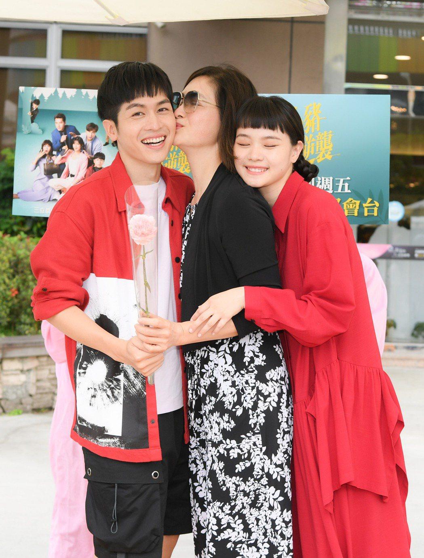林孫煜豪(左起)、劉瑞琪、王真琳為「三隻小豬的逆襲」宣傳。圖/三立提供