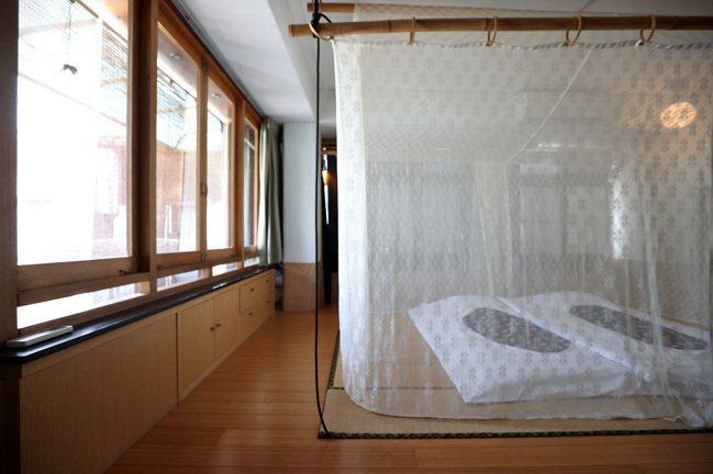謝宅內的住宿用品都是由老師傅親手打造。攝影/林澔一
