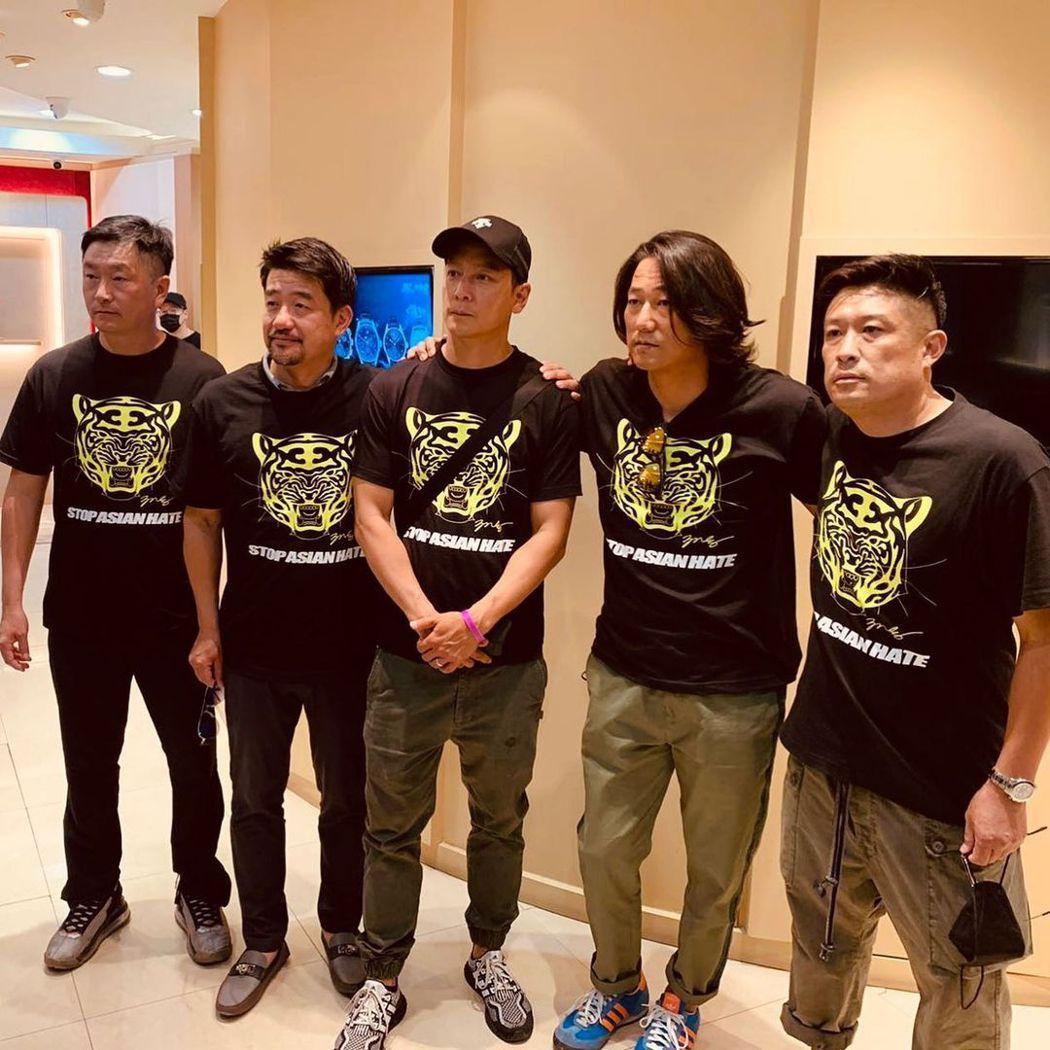 李宏聲(左一)、吳彥祖(中)、姜成鎬(右二)都穿上「停止仇視亞裔」的T恤,出席為...