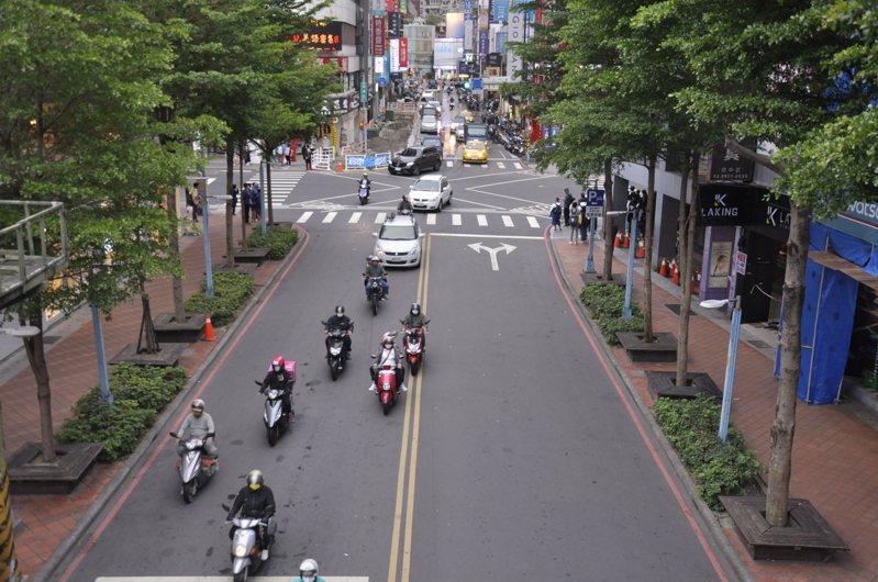 位於板橋中山路與縣民大道的重慶路段未來將改為徒步區。記者張哲郢/攝影
