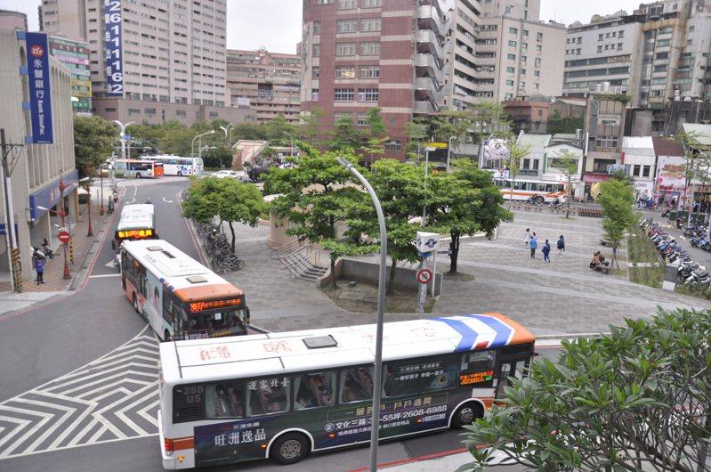 府中廣場現今看不出廣場價值,未來市府希望擴大廣場面積、改善公車動線,打造當地地標。記者張哲郢/攝影