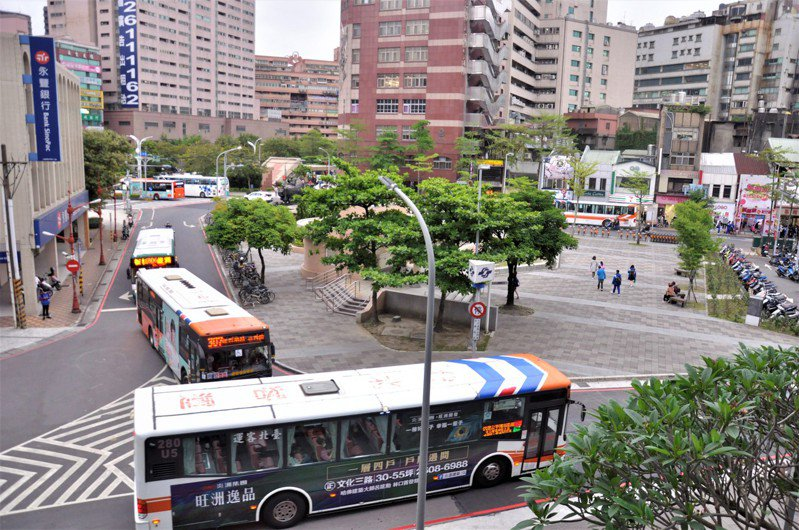 府中廣場圓環繞行動線差,不只公車多,斑馬線也不夠。記者張哲郢/攝影