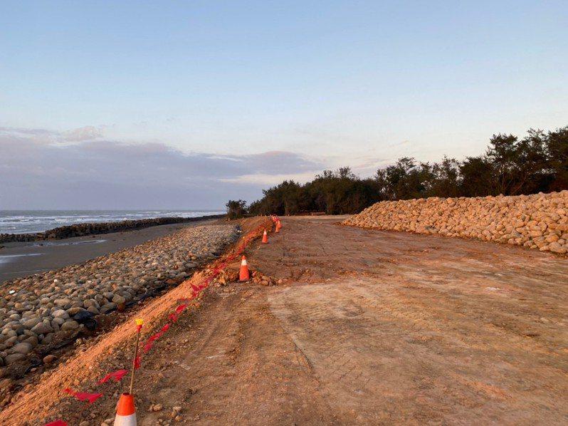 為避免海水侵蝕海岸及有毒物質再被沖刷到海裡,竹縣正進行新豐護岸工程,預計6月完工。圖/竹縣府提供