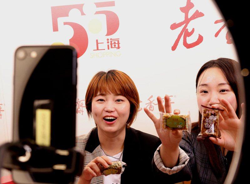 五一假期,上海圍繞「全球首發季」「全城打折季」兩大主題,相繼啟動「五五購物節」系列活動。(新華社)
